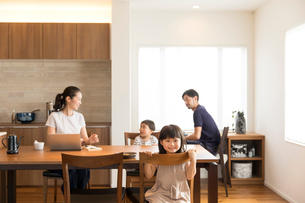 ダイニングでくつろぐ4人家族の写真素材 [FYI02071206]