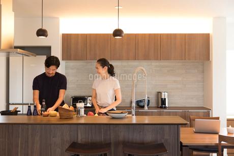料理をする夫婦の写真素材 [FYI02071211]