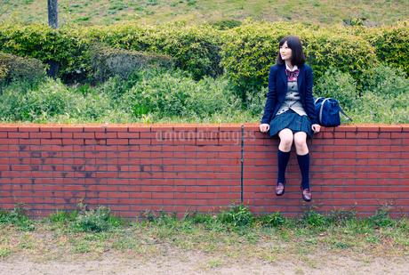 公園に座る女子学生の写真素材 [FYI02071237]