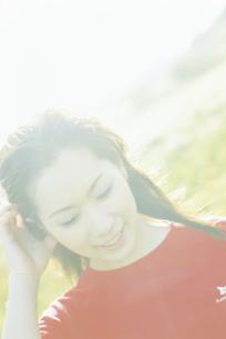 赤いTシャツを着た女性アップの写真素材 [FYI02071238]