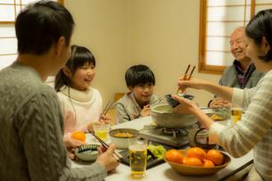 こたつで食事をする家族の写真素材 [FYI02071252]