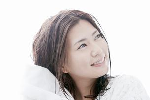 タオルで髪の毛を拭く若い女性の写真素材 [FYI02071256]