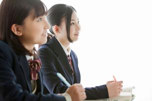 授業を受ける女子高校生の写真素材 [FYI02071260]