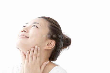 首をマッサージする若い女性の写真素材 [FYI02071265]