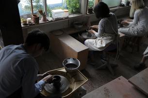 陶芸をする外国人3人の写真素材 [FYI02071301]