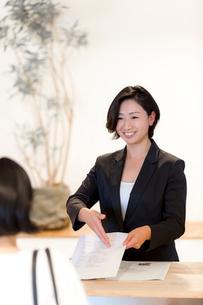 接客する旅行代理店の女性スタッフの写真素材 [FYI02071308]