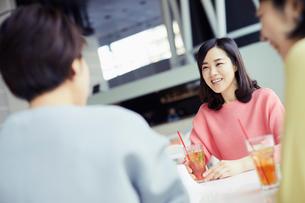カフェで談笑する女性3人の写真素材 [FYI02071314]