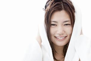 タオルで髪の毛を拭く若い女性の写真素材 [FYI02071325]