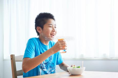 野菜ジュースを飲む男の子の写真素材 [FYI02071330]