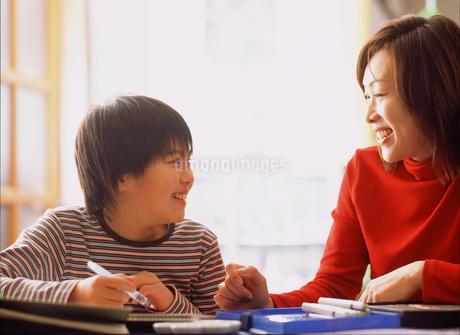 お絵描きする女の子と母親の写真素材 [FYI02071381]