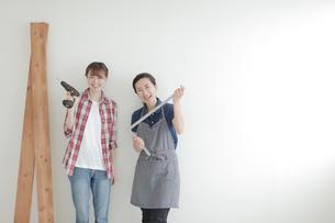 DIYを楽しむ女性2名の写真素材 [FYI02071385]