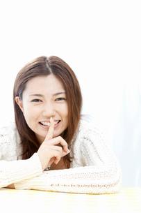 人差し指を口に近づける若い女性の写真素材 [FYI02071390]