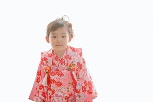 七五三の着物を着た女の子の写真素材 [FYI02071411]