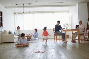 リビングでくつろぐ三世代家族の写真素材 [FYI02071417]