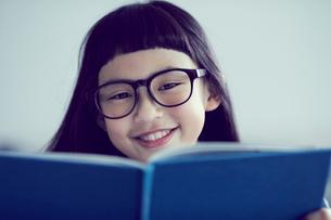 本を読むメガネをかけた女の子の写真素材 [FYI02071419]