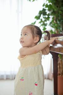 ピアノで遊ぶ女の子の写真素材 [FYI02071480]