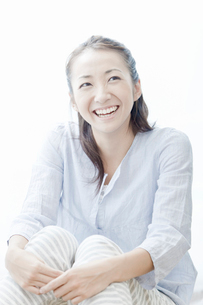笑顔の若い女性の写真素材 [FYI02071483]