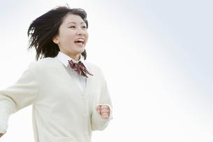 髪をなびかせて走る女子高校生の写真素材 [FYI02071494]