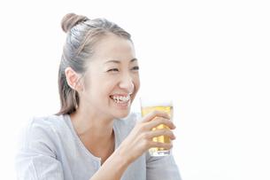 ビールを手に持ち笑顔の若い女性の写真素材 [FYI02071501]