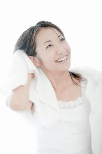 タオルで髪の毛を拭く若い女性の写真素材 [FYI02071531]