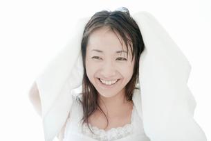 タオルで髪の毛を拭く若い女性の写真素材 [FYI02071589]