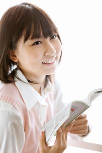 参考書を読む女子高校生の写真素材 [FYI02071599]