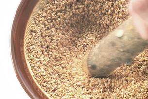 すり鉢でのごますりの写真素材 [FYI02072566]