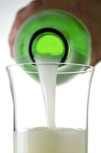 にごり酒を注ぐの写真素材 [FYI02072769]