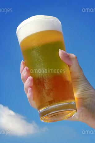 夏空とビールの写真素材 [FYI02072975]