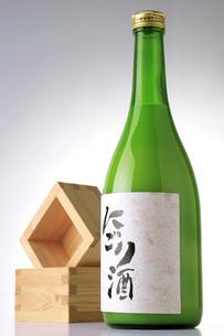 にごり酒ボトルと枡の写真素材 [FYI02073001]