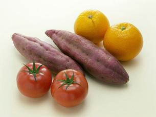 トマトとオレンジとサツマイモの写真素材 [FYI02073067]
