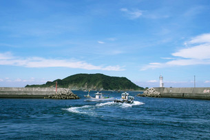 出船と入り船の写真素材 [FYI02074380]