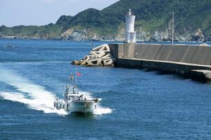 港に帰る漁船の写真素材 [FYI02074521]