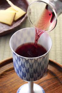 磁器グラスに注がれる赤ワインの写真素材 [FYI02074553]