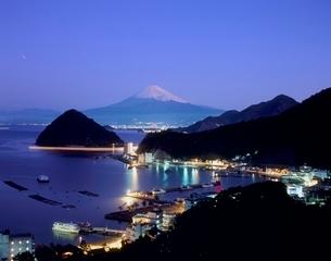 沼津市内浦より駿河湾と夜明けの富士山の写真素材 [FYI02074631]