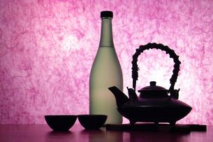 焼酎ボトルと黒ジョカの写真素材 [FYI02074728]