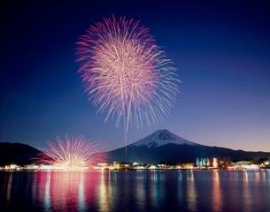 河口湖冬花火と富士山の写真素材 [FYI02074780]
