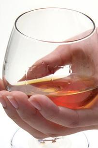 ブランデーグラスを持つ手の写真素材 [FYI02074789]