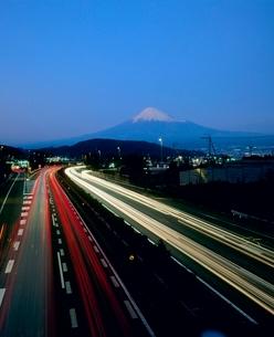 富士市岩渕より東名高速道路と富士山の写真素材 [FYI02074857]