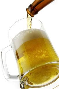 ビアジョッキにビールを注ぐの写真素材 [FYI02075007]