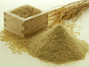 升に入った玄米と米糠の写真素材 [FYI02075071]