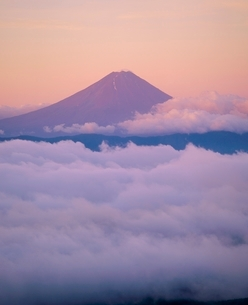 国師ヶ岳より朝焼けの富士山の写真素材 [FYI02075139]