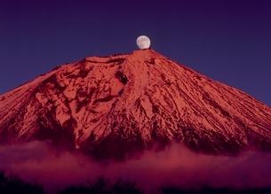 富士宮市富士桜自然墓地公園から月と富士山の写真素材 [FYI02075221]