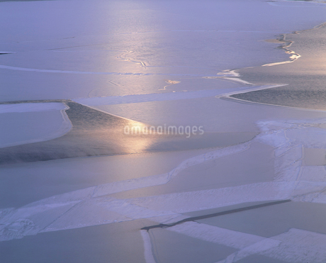 仁科三湖・木崎湖の氷紋と朝日の写真素材 [FYI02075289]