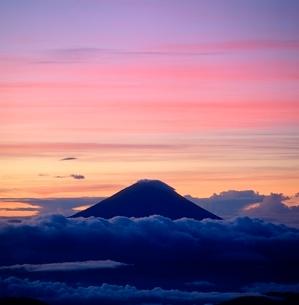 塩見岳より朝焼けの富士山の写真素材 [FYI02075321]