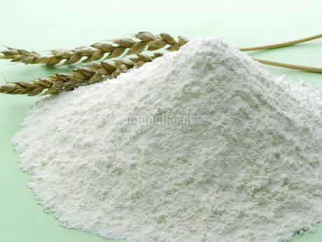 小麦粉と麦穂の写真素材 [FYI02075347]