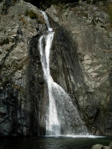 白く流れ落ちる滝の写真素材 [FYI02075559]