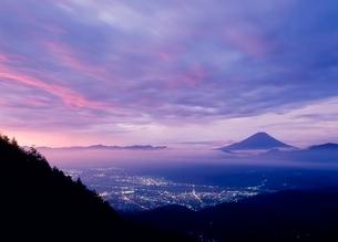 櫛形山林道より朝焼けの富士山の写真素材 [FYI02076042]