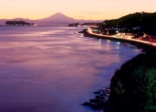 稲村ヶ崎より江ノ島と夕焼けの富士山の写真素材 [FYI02076227]