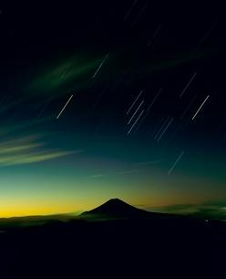 聖岳よりオリオン座と黎明の富士山の写真素材 [FYI02076274]